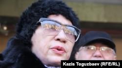 Гульжан Ергалиева, главный редактор журнала ADAM bol, у здания Алматинского городского суда. Алматы, 5 февраля 2015 года.