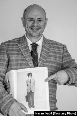 """Борис Клячко со своей фотографией в альбоме """"Русские"""". Австралия, 2018 г."""