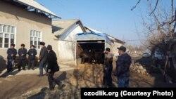 Жители Наманганской области готовятся к похоронам погибших в Казахстане родственников, 22 января 2018 года.