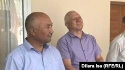 Председатель независимой профсоюзной организации «Достойный труд» Ерлан Балтабай (слева) на оглашении приговора по его делу. Шымкент, 17 июля 2019 года.