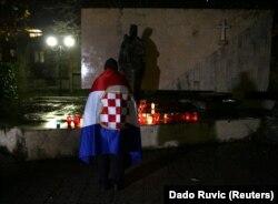 Боснійський хорват молиться за померлого генерала Слободана Праляка, який у судовій залі випив, за його ж словами, отруту, на знак протесту проти вироку Міжнародного трибуналу для колишньої Югославії