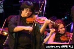 Ұлыбританиялық композитор Карл Дженкинстің «Шәкәрім» атты симфониясының Марат Бисенғалиевтің (скрипка тартып тұр) оркестрі орындады. Алматы, 10 қазан 2012 жыл.