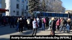 Мітинг біля Луганської ОДА, 10 березня 2014 року. Учасники мітингу не пропускають автобус з міліцією