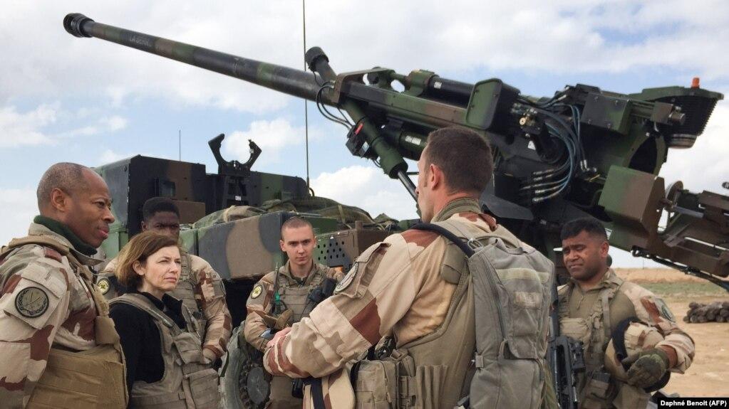 فلورنس پرلی (نفر دوم از چپ ) در کنار نیروهای فرانسوی در عراق (عکس از آرشیو)