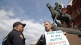 Activistul britanic Peter Tatchell în Piața Manejului la Moscova