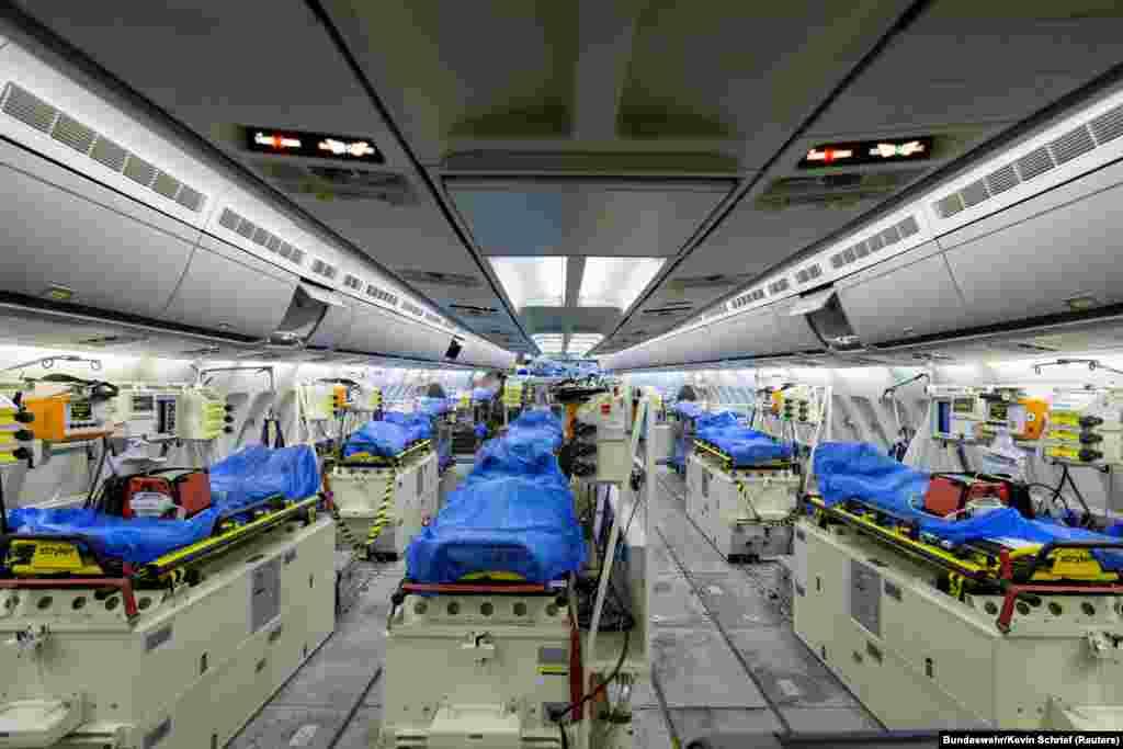 """Германският медицински самолет """"Медивак"""" се подготвя за излитане от Кьолн за Бергамо, Италия на 28 март."""