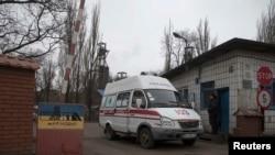 Makinat e ndihmës së shpejtë duke u larguar nga miniera Zasyadko
