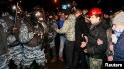 Cутичка між «Беркутом» і протестувальниками біля Святошинського райвідділку міліції, Київ, 11 січня 2013 року