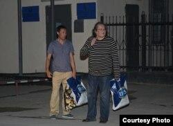 Кинорежиссер Ермек Турсунов (слева) сопровождает оппозиционного политика и режиссера Болата Атабаева в момент его освобождения из следственного изолятора. Актау, 3 июля 2012 года. Фото с сайта Lada.kz.