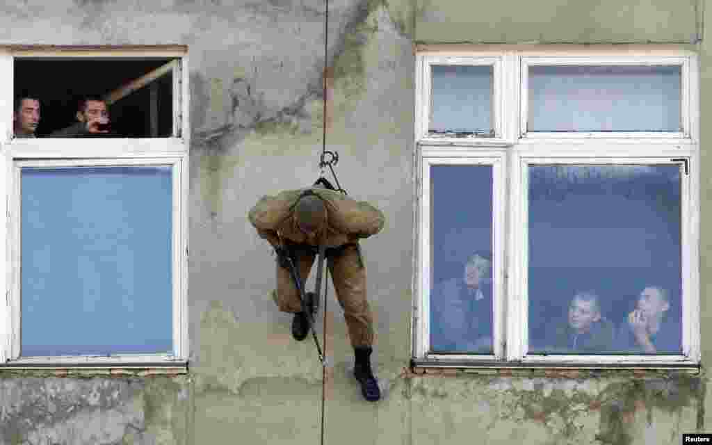 A member of a Russian special forces unit under the military intelligence service takes part in a demonstration of skills in the southern city of Stavropol, on October 24. (Reuters/Eduard Korniyenko)