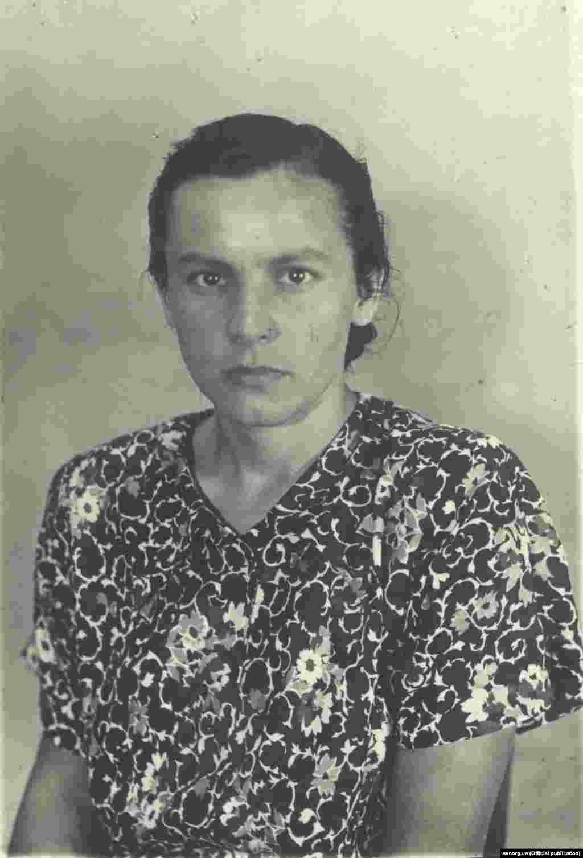 Марія САВЧИН Псевдо: «ЗІРКА», «МАРІЧКА» ***** Підпільна діяльність назавжди розлучила Марію Савчин з її першим сином Зеноном. За іронією долі, хлопчика виховував один із керівників польської служби безпеки і він ніколи не дізнався про свою справжню матір. З другим сином її розлучили вже радянські комуністи, які арештували її, а потім під натиском змусили виїхати на Захід для викриття планів закордонної мережі ОУН та УГВР. Утім, Савчин не виконала цього наказу чекістів і здалася американській владі. До кінця життя вона була активною учасницею української діаспори.