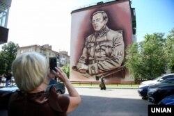 Мурал із зображенням державного і громадсько-політичного діяча Симона Петлюри (1879–1926). Київ, 22 травня 2019 року