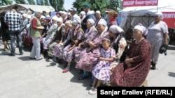 """Сторонники самопровозглашенного """"губернатора"""" Медера Усенова перекрыли дорогу, Джалал-Абад, 4 июня 2013 года."""