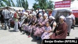 """Оппозициялық """"Ата-Жұрт"""" партиясының жақтастары наразылық танытып, Бішкек-Ош жолын жауып тастады. Жалал-Абад, Қырғызстан, 4 маусым 2013 жыл."""