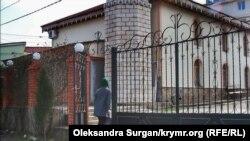 Дочка Мусліма Алієва Гульсум заходить у мечеть Юхари-Джамі