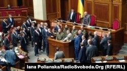 Правоохоронці і народні депутати біля трибуни парламенту України, 15 березня 2017 року