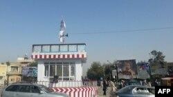 """Ауғанстанның Құндыз қаласына тігілген """"Талибан"""" туы. (Көрнекі сурет)."""