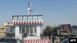 """Ауғанстанның Кундуз уәлаятында тігілген """"Талибан"""" туы (Көрнекі сурет)."""