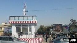 Кундуз қаласындағы бақылау бекеттерінің төбесіне тігілген Талибан туы.