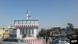 """Флаг """"Талибана"""" над постом вдоль магистрали в Кундузе. 29 сентября 2015 года."""
