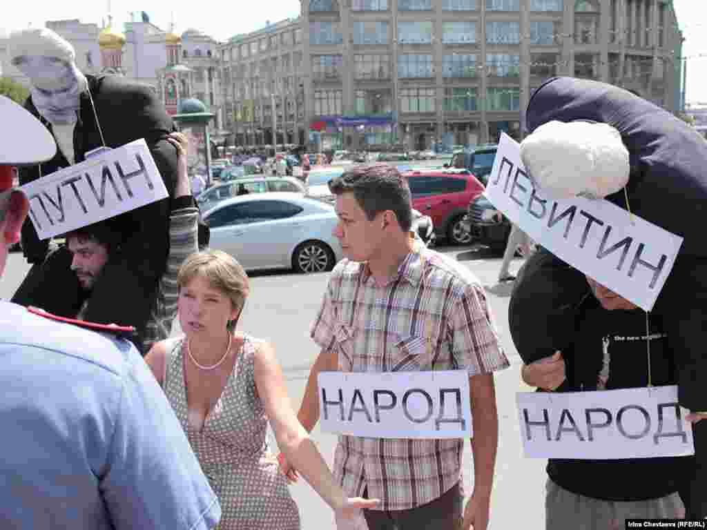 """Защитники Химкинского леса попытались провести флешмоб """"Кто виноват?"""" на Славянской площади."""