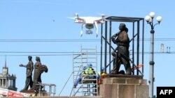 Рабочие готовятся с сносу памятников на Зелёном мосту через реку Нерис, 19 июля 2015 года
