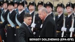 Volodımır Zelenskıy ve Recep Tayyip Erdoğan. Kyiv, 2020 senesi fevralniñ 3-ü