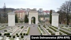 Два леви (на фото не видно) стоять із протилежного боку Арки слави, що є входом на польські військові поховання, відомі також як «цвинтар Орлят», у Львові