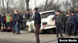 На месте аварии в Бишкеке с участием автомобиля с дипломатическими номерами. 16 февраля 2017 года.