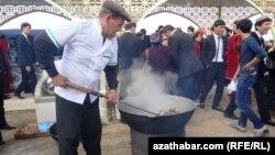 Bir adam gazanda nahar bişirýär