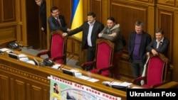 Опозиційні депутати заблокували парламент після того, як питання про призначення виборів у Києві не набрало достатньо голосів