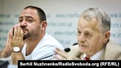 Qırımtatar halqınıñ lideri Mustafa Cemilev (sağda) ve aydavcısı Ahtem Mustafayev Kyivde keçken matbuat konferentsiyasında, 2018 senesi iyülniñ 10