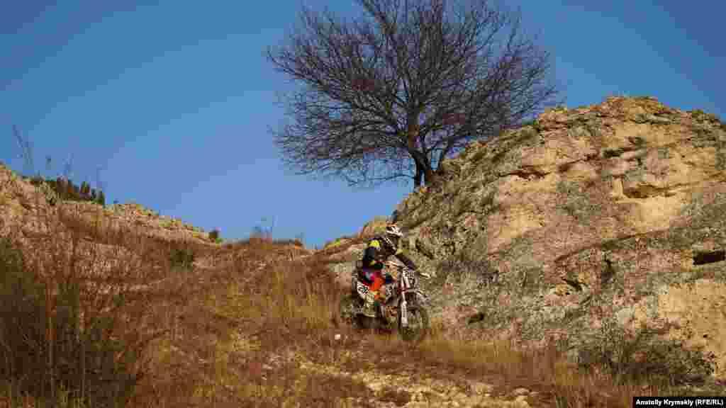 По горным склонам Битакского останца иногда устраивают лихие «покатушки» гонщики-мотоциклисты