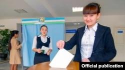 Молодая девушка голосует во время президентских выборов в Узбекистане в марте 2015 года.