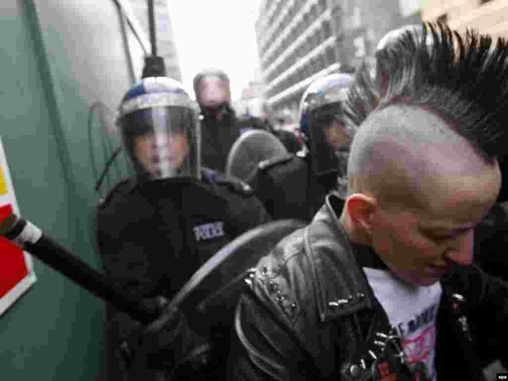 """В Лондоне британская полиция задержала десятки участников беспорядков, в которые переросли акции протеста, приуроченные к саммиту """"Большой двадцатки"""""""