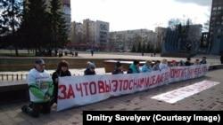 Обманутые дольщики на коленях перед зданием минстроя в Екатеринбурге