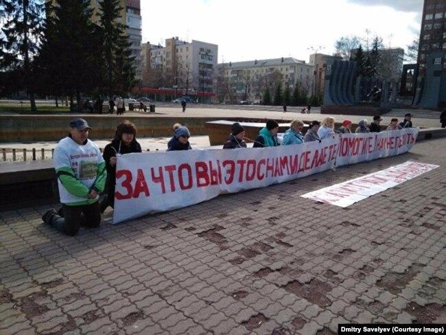 Бунт на коленях. Обманутые дольщики на коленях перед зданием минстроя в Екатеринбурге