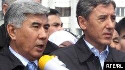 Жармахан Туякбай (слева) и Болат Абилов на митинге в Алматы. 17 апреля 2010 года.