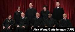 Membri Curții Supreme americane, iunie 2020 (RGB prima din stânga, în centru, așezat, președintele Curții Supreme, John G. Roberts)
