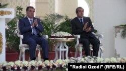 Տաջիկստանի նախագահ Էմոմալի Ռահմոնը (ձախից) և Դուշանբեի քաղաքապետ Մահմադսայիդ Աբայդուլաևը տոնական միջոցառումների ժամանակ, արխիվ