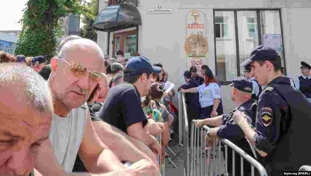 Aqmescitte politsiya ticaret noqtalarınıñ yıqıluvı başlanğan çarşını sarıp aldı, 2015 senesi iyül 6 künü
