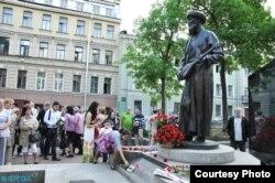 Люди возлагают цветы к памятнику казахскому поэту Джамбулу в Санкт-Петербурге.