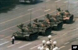 На площі Тяньаньмень протестувальник перед колоною танків. 5 червня 1989 року