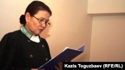 Гульшахар Чинибекова, судья Алмалинского районного суда, оглашает приговор в отношении Саяна Хайрова, обвиняемого в терроризме. Алматы, 7 ноября 2013 года.