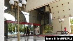 Policija ulazi u hotel Holidej