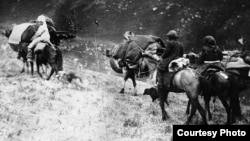 1916 йилги қатлиом ортидан юз минглаб қирғиз Хитойга кўчишга мажбур бўлган эди.