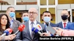 Kryetari i Listës Serbe, Goran Rakiq gjatë një pronocimi për media në Mitrovicë të Veriut.