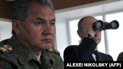 Президент России Владимир Путин и министр обороны Сергей Шойгу на военных учениях на Дальнем Востоке