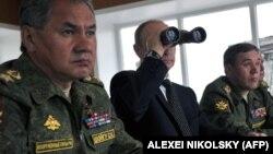 Президент России Владимир Путин (в центре), министр обороны России Сергей Шойгу (слева), начальник Генштаба Вооруженных Сил России Валерий Герасимов (справа)