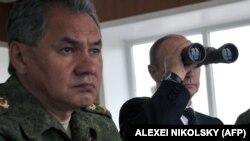 Президент России Владимир Путин (справа) и министр обороны России Сергей Шойгу на военных учениях на Дальнем Востоке. Чита, 17 июля 2013 года.